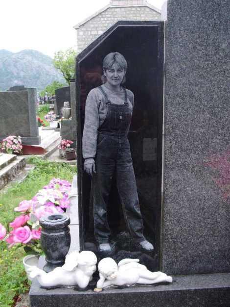 Lápida en un pueblecito de Montenegro