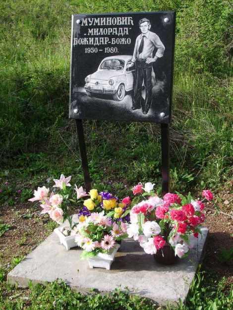 Lápida en la carretera