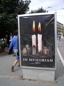 Cartel homenaje a los atentados del 11-S. Prishtina, año 2006