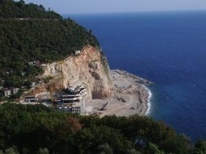 Destrucción de la costa para construir un hotel de lujo