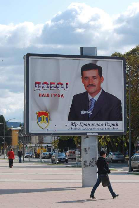 Cartel en Doboj (B&H) con Branislav Garic pidiendo el voto para el SDS en las elecciones municipales de octubre de 2008