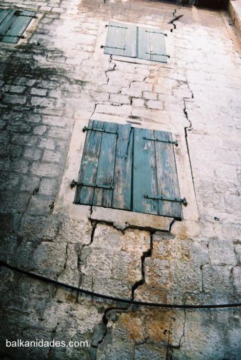 Grietas en las paredes de la ciudad barroca de Kotor.