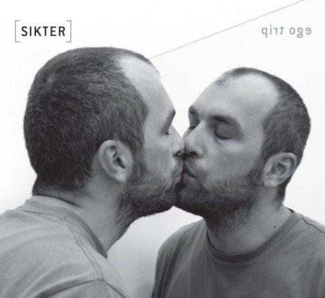 """Carátula de su último disco """"Ego trip"""". En el libreto todos los miembros del grupo se besan a sí mismos en el espejo."""