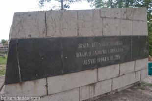 Monumento a las víctimas de los centros de exterminio, entre ellos Jasenovac y Auschwitz (transcrito Aušvic)