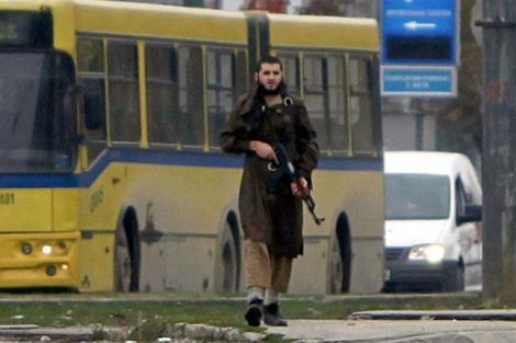 Imagen del individuo armado con el Kalashnikov